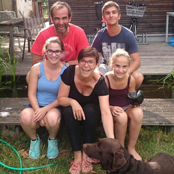 """Till, Zoe und Fanny Grandjean mit Hund """"Finn"""""""